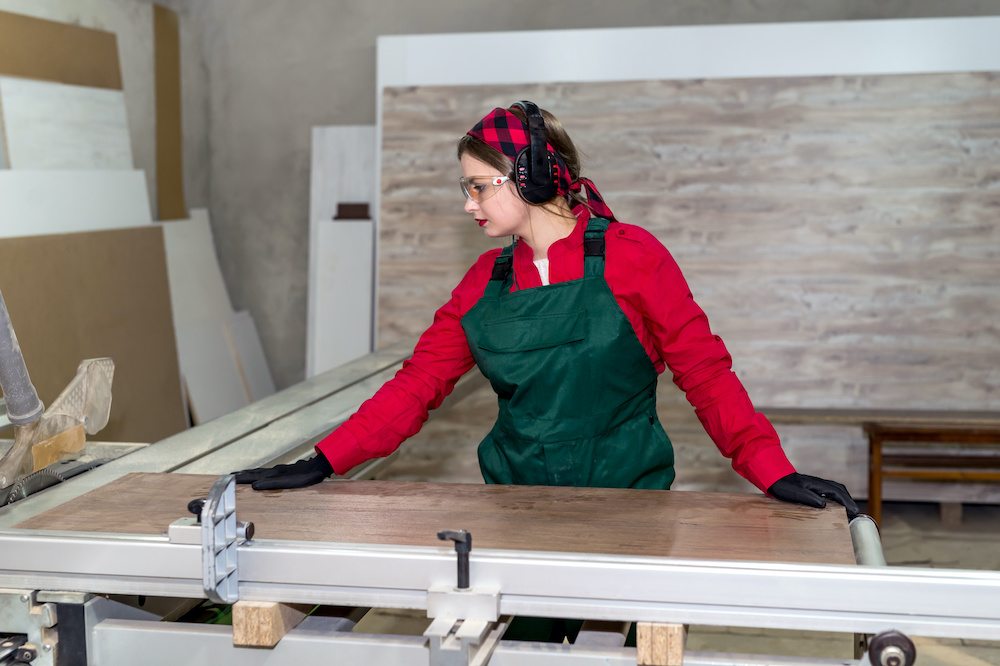 what causes table saw kickback